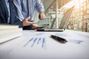 Logiciel sur mesure pour le suivi des activités financières de l'entreprise sur ordinateur et smartphone