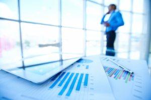 Suivi des activités financières de l'entreprise : statistiques, reporting et logiciel sur tablette sur un bureau