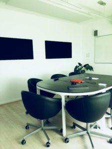 Salle de réunion et de visio-conférence dans les locaux d'axysweb à bordeaux cauderan
