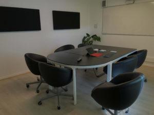 salle de réunion 6 personnes équipée de panneaux phoniques et d'un rétroprojecteur
