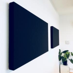 Salle de réunion axysweb : zoom sur les panneaux acoustiques accrochés au mur sur leurs supports