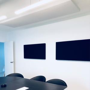 Salle de réunion axysweb : zoom sur les panneaux acoustiques fixés au mur