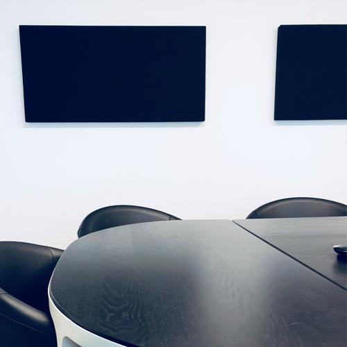 Salle de réunion axysweb : zoom sur les panneaux acoustiques clippés au mur