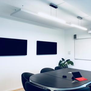 Salle de réunion axysweb : zoom sur les panneaux acoustiques suspendus au plafond