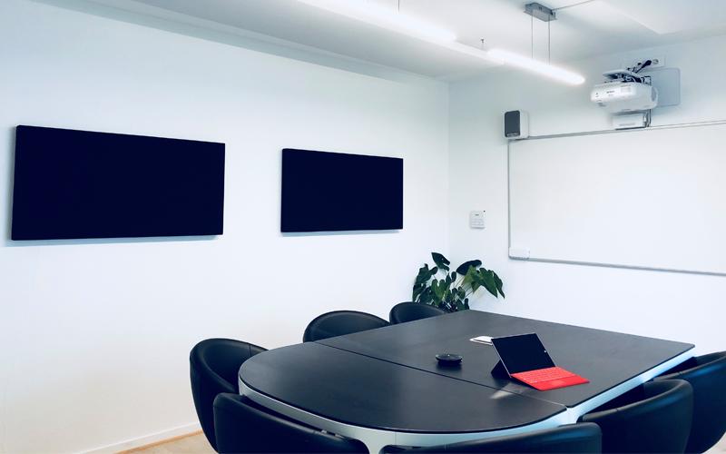Salle de réunion chez Axysweb après la pose des panneaux acoustique Texaa